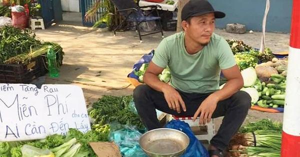 Gặp ông chủ hàng rau ''không đeo khẩu trang, bán đắt gấp đôi'': Thường phát rau miễn phí giúp đỡ công nhân nghèo