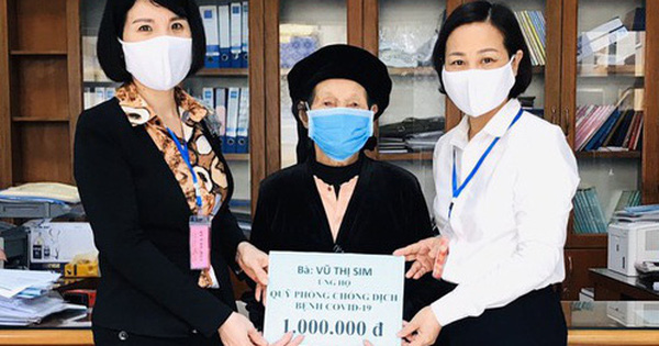 Cụ bà 103 tuổi nhờ con cháu đưa tới phường ủng hộ 1 triệu đồng chống dịch Covid-19