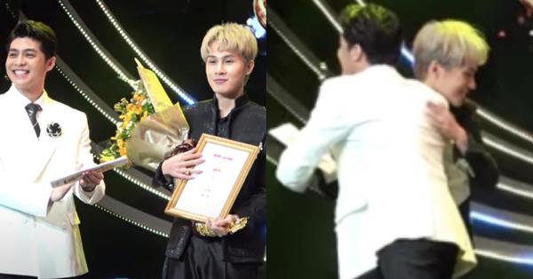 """Bị vượt mặt tại Mai Vàng, Noo Phước Thịnh vẫn có hành động cực """"cool"""" với Jack ngay trên sân khấu"""