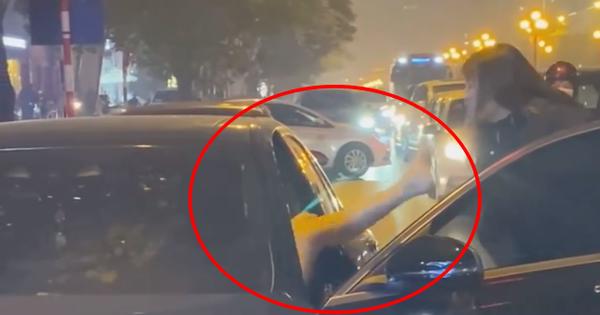 Người phụ nữ chặn xe Mercedes giữa đường phố Hà Nội nghi do bị 'bạn tốt cướp chồng', cú đá của cô gái trẻ từ ô tô gây chú ý