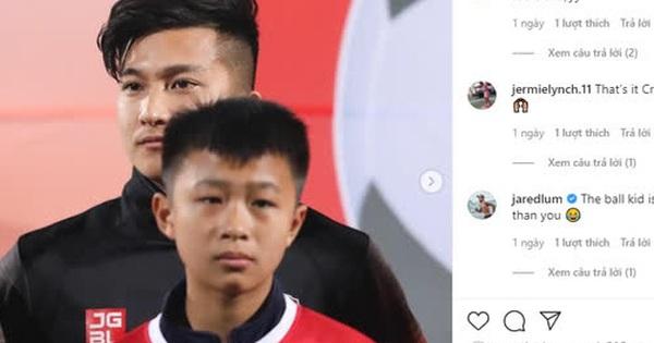 Cầu thủ Việt kiều bị troll vì ''lùn'' hơn cả cậu bé mascot