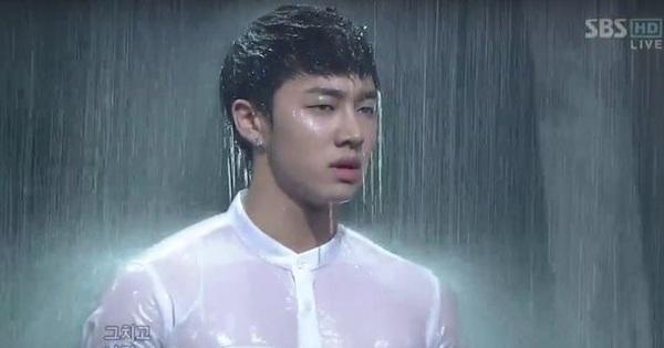 Những lần show Inkigayo ''hại đời'' idol: EXO gây chóng mặt như quảng cáo máy giặt, đàn anh tắm mưa ướt sũng trên sân khấu