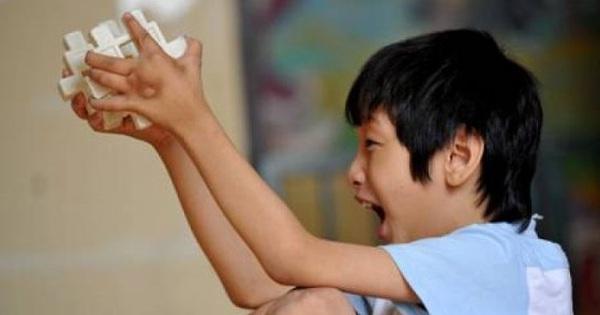 Cậu bé 10 tuổi có khả năng ghi nhớ siêu phàm, tự học thông thạo 4 ngoại ngữ, ai cũng tưởng là thần đồng nhưng sự thật đằng sau khiến bố mẹ vô cùng đau lòng