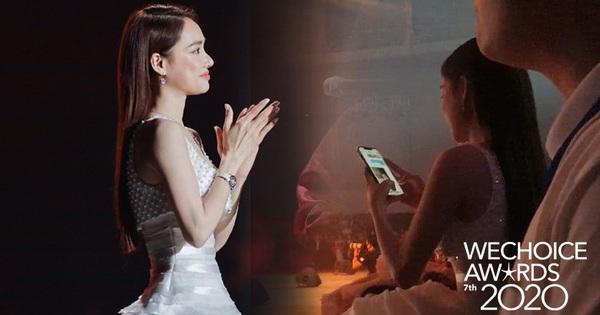 Clip: Nhã Phương được Trường Giang gửi ảnh selfie với con gái giữa gala WeChoice 2020, liền hào hứng khoe 'hàng xóm' Công Vinh