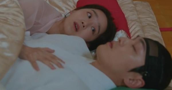 Tưởng Kim Jung Hyun là gái xinh, Shin Hye Sun chủ động đưa ''anh thượng'' lên giường ở Mr. Queen tập 13