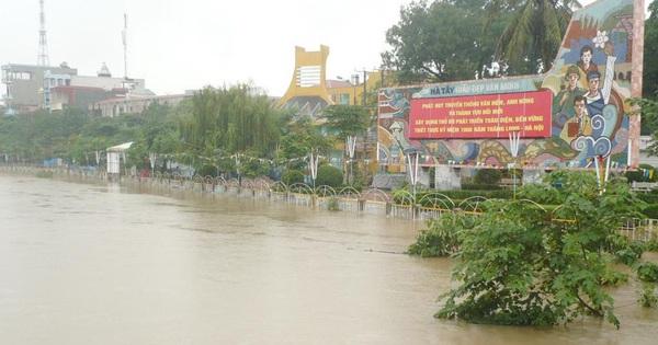 Nước sông, hồ tại Hà Nội đang dâng cao gây ngập úng tại một số khu vực