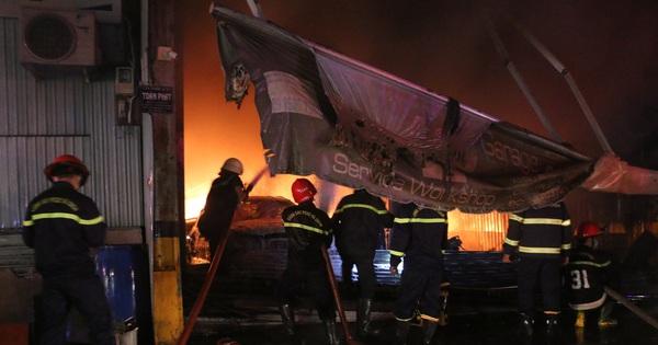 TP.HCM: Cháy lớn tại garage, nhiều ô tô và tài sản bị thiêu rụi