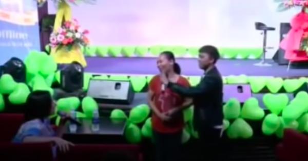 Clip: Cố NS Phi Nhung hỏi Hồ Văn Cường đẹp trai giống ai, mẹ ruột nam ca sĩ trả lời 2 chữ đầy bất ngờ