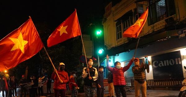 Người dân phất cờ reo hò mừng khoảnh khắc BV Việt Đức dỡ cách ly