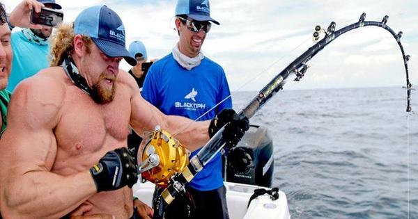 """Gặp phải thủy quái, """"gã điên' làng gym cũng tuột mất cần câu xuống biển"""