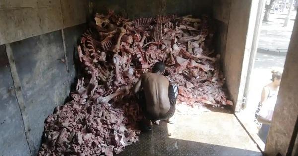 Bới xác thối kiếm ăn: Bức ảnh khiến cả thế giới rơi lệ về một thảm kịch đang xảy ra ngay lúc này