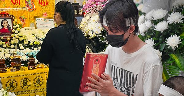 NS Hồng Vân, MC Nguyên Khang lặng lẽ đến vĩnh biệt ca sĩ Phi Nhung tối 3/10, các con nuôi thất thần bên di ảnh