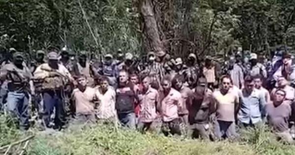 Video sốc: Băng đảng Mexico bắt đối thủ quỳ dàn hàng rồi hành quyết, vứt xác trước văn phòng thị trưởng
