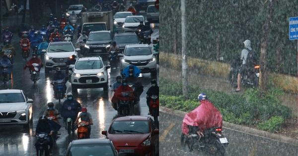 Hà Nội: Người dân đội mưa tầm tã, bật đèn đi làm sáng thứ Hai đầu tuần