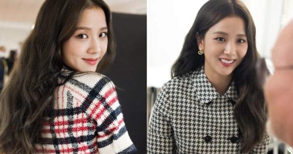 Jisoo tham quan xưởng may Dior: Đẹp đến mức đứng cười cũng thành ảnh tạp chí, thử đồ phát hóa... show diễn runway