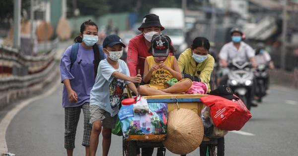 Cay mắt chuyện gia đình 5 người đẩy nhau trên chiếc xe ve chai rời Sài Gòn về quê: 'Xe máy bị mất trộm, kinh tế kiệt quệ rồi, đành đi bộ về thôi'