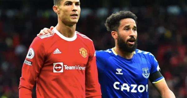 Người hùng Everton hé lộ cách xin áo của Ronaldo đang bực tức