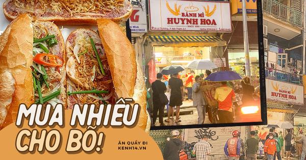 NGAY LÚC NÀY: Hàng chục người xếp hàng dưới mưa mua ổ bánh mì đắt nhất Sài Gòn, có khách hốt chục cái ăn 'trả thù' mùa dịch!