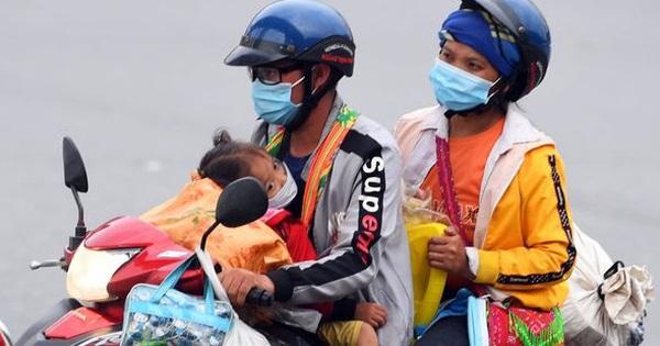 Xót xa cảnh những đứa trẻ theo cha mẹ trên xe máy vượt hàng ngàn km từ miền Nam trở về các tỉnh vùng núi phía Bắc