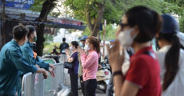 Hà Nội: Người dân lách qua hàng rào, đứng vái vọng ở Phủ Tây Hồ ngày mùng 1