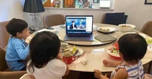 Chụp ảnh các con đang ngồi ăn sáng, ông bố bỗng được khen ngợi hết lời về cách dạy dỗ, hóa ra nhờ 1 chi tiết không ngờ