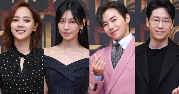 Lee Ji Ah trốn biệt tăm, để 'tình trẻ' Park Eun Seok hồng nguyên cây siêu lạc quẻ ở họp báo Penthouse 2