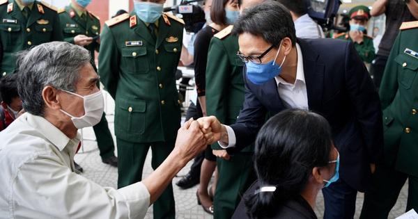 Sự xuất hiện bất ngờ của PTT Vũ Đức Đam và 'cú chạm tay' đầy khích lệ với tình nguyện viên thử nghiệm vaccine Việt Nam