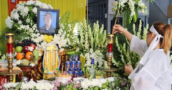 Chồng bị nhóm giật túi xách ở Sài Gòn tông chết, người vợ trẻ nấc nghẹn trong đám tang: 'Anh Trí bỏ 2 mẹ con em đi rồi...'