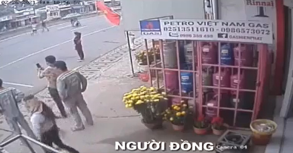 Clip: Cô gái Đồng Nai làm rơi 59 triệu đồng, nhiều người đi đường nhanh tay 'hôi của' rồi bỏ đi