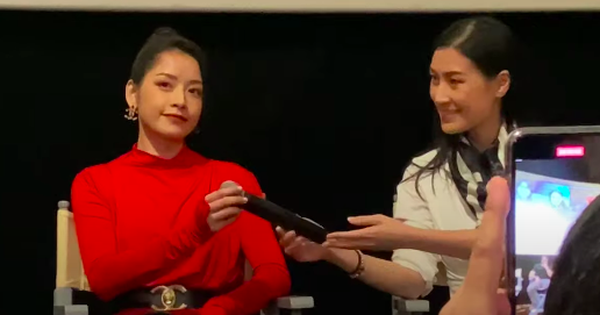 Dân mạng tranh cãi khoảnh khắc Chi Pu nhận mic bằng 1 tay, thiếu tôn trọng đàn chị Kathy Uyên?