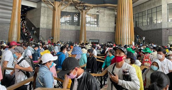 Clip: Hàng ngàn người chen chúc chờ cáp treo lên núi Bà Đen, cảnh tượng biển người 'dập dờn' như sóng khiến dân tình choáng ngợp