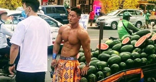 Xôn xao hình ảnh anh chàng '6 múi', mặc như đóng khố bán dưa hấu trên đường Sài Gòn khiến chị em 'náo loạn' khắp mạng xã hội