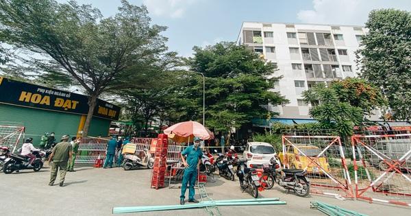 Cận cảnh phong toả chung cư 1.000 dân vì nhân viên sân bay Tân Sơn Nhất dương tính SARS-CoV-2