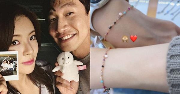 Bạn gái minh tinh công khai đăng ảnh bàn tay của Lee Kwang Soo cùng loạt khoảnh khắc đầy 'thính' yêu đương?