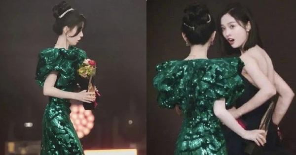Cúc Tịnh Y sơ ý làm đổ nước lên váy Ngô Tuyên Nghi ngay giữa sự kiện, biểu cảm hoảng hốt của 2 nữ thần gây sốt