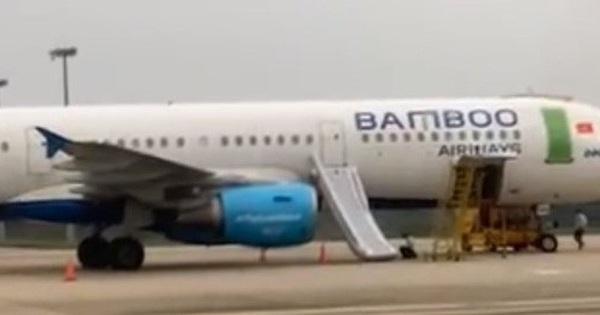 Khách mở cửa thoát hiểm máy bay Bamboo Airways làm bung phao cứu sinh
