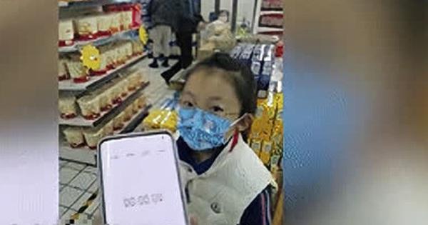 Được thưởng 30 giây mua sắm vì đạt học sinh xuất sắc, cô bé lớp 2 chọn món đồ khiến bố 'đau tim' còn người mẹ liền ôm mặt khóc