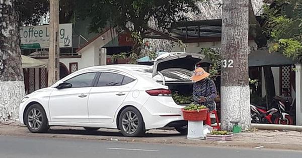 Bà chủ hàng trái cây dạo 'cực gắt', lái ô tô nhưng bình thản mở cốp xe bày hàng trên vỉa hè ngồi bán