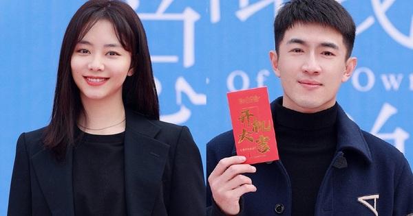 Đàm Tùng Vận lột xác, diện cây đen như phú bà cạnh 'trai siêu hư' Lâm Canh Tân ở lễ khai máy phim mới