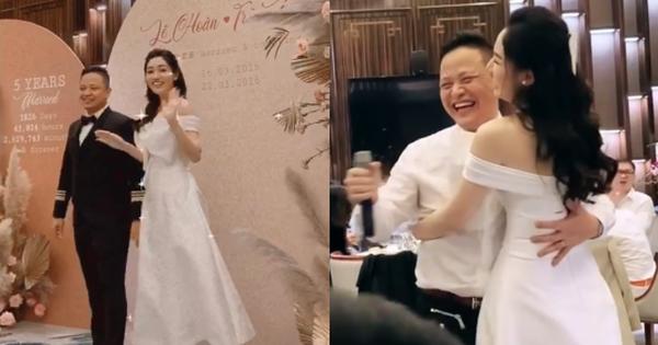 Á hậu Ngô Trà My lâu lắm mới lộ diện: Mở tiệc hoành tráng kỷ niệm 5 năm kết hôn, chồng đại gia có hành động khiến khách phát ghen