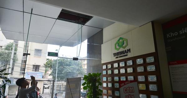 Chùm ảnh hiện trường vụ đôi nam nữ rơi do tầng chung cư thủng ở Hà Nội: Vị trí rơi ngay sát cửa ra vào