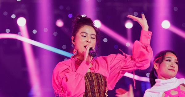 'Nạn nhân' tiếp theo của livestream gọi tên Hoàng Thuỳ Linh: Giọng hát lẫn makeup có phải đang trêu đùa fan đấy không?