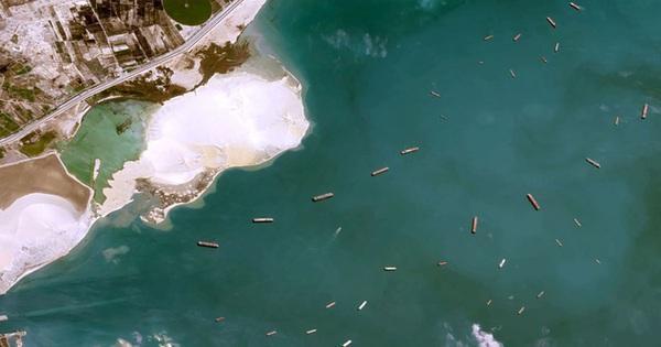 Ảnh vệ tinh cho thấy hàng trăm con tàu 'trôi nổi' chờ đợi trên kênh đào Suez