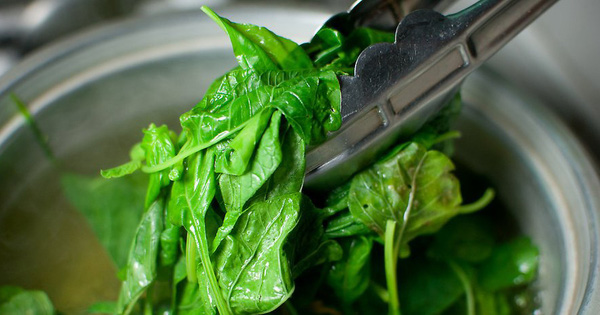 5 loại thực phẩm cần phải chần qua nước sôi trước khi nấu chín để loại bỏ chất độc tồn dư, hầu hết gia đình Việt làm sai mà không biết