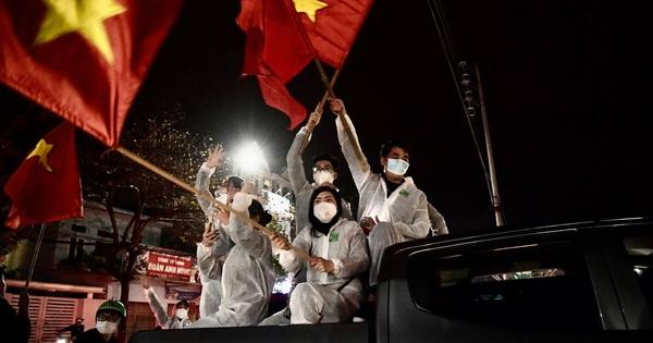 Ảnh: Hải Dương dỡ cách ly xã hội, người dân Chí Linh vui mừng hò reo sau 34 ngày 'chiến đấu' với Covid-19
