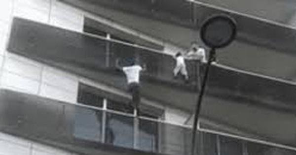 'Người nhện' tay không leo 4 tầng lầu cứu sống bé trai treo lơ lửng giữa không trung, sau gần 3 năm cuộc sống có ngã rẽ chẳng ngờ
