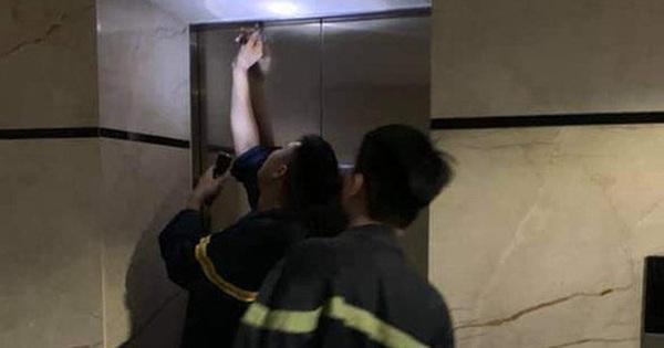 2 mẹ con bị 'nhốt' trong thang máy chung cư cao cấp ở Hà Nội gần 1 giờ vì sự cố báo cháy