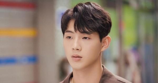 Sau drama bạo lực, Ji Soo tiếp tục bị ekip phim 'bóc trần' tính cách: Xấc láo, khạc nhổ bừa bãi, coi quản lý như người hầu