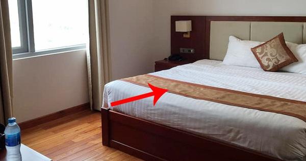 Nhiều cư dân mạng 'té ngửa' vì từng dùng sai mục đích tấm khăn trải cuối giường trong các khách sạn