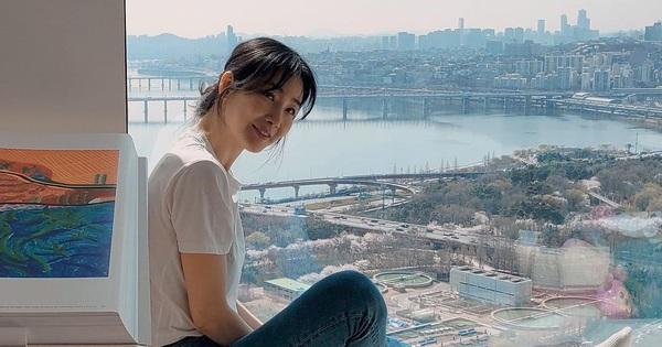 Choi Ji Woo khoe nhan sắc 'hack tuổi' kinh ngạc, nhưng netizen chỉ dán mắt vào view nhà tân hôn với chồng CEO phía sau